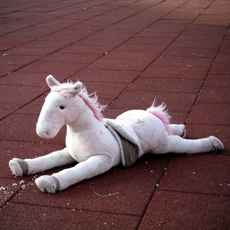 Zurückgelassenes Plüschpferd auf einem Spielplatz in Porto