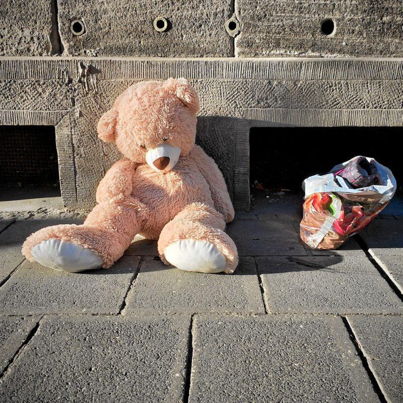 Endstation Amalienstraße: abgeliebter Teddy am Ende seines Weges