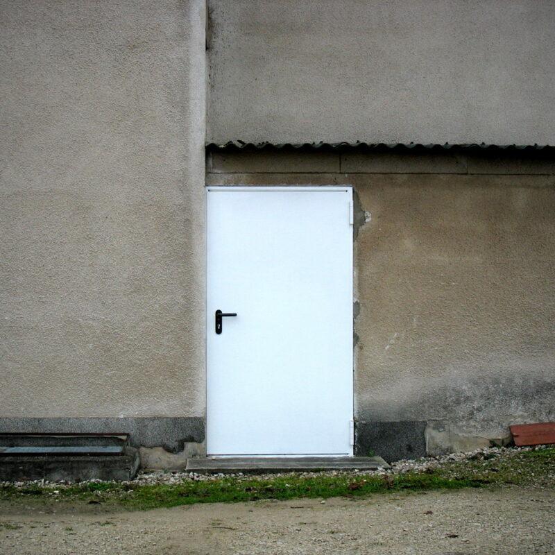 Weiße Stahltür (Fürth-Unterfürberg, Gruberstraße)