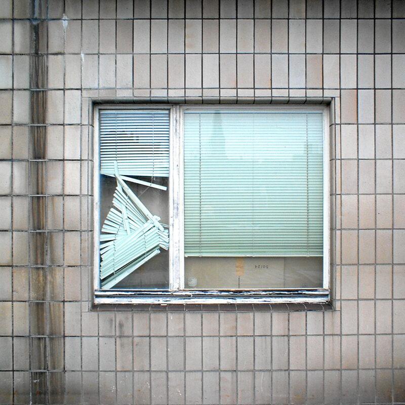 Fenster mit defekter Jalousie (Fürth, ehem. DB-Güterabfertigung)